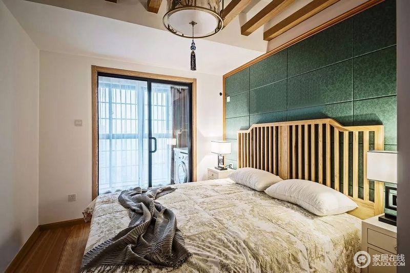 采用墨绿色软包背景,搭配木床。老人房设计稍微偏素雅一点,但还是接近整体设计。其中有一部分空间为原来的阳台空间纳入,所以顶面做了一些吊顶处理。
