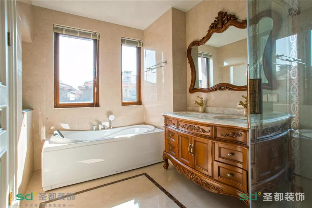配套的室内卫生间有一个大浴缸,虽说是卫生间,设计感却一点没有马虎。