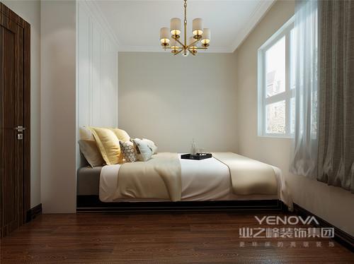 本案中因为户型本身采光率略有不足,所以在设计中设计师对格局做了简单的调整,使整个空间看起来明朗开阔。设计师运用了多元化的元素混搭,将材质与色调运用的相得益彰,同时深谙繁简空间的转换,使居室从里到外透着低调的轻奢贵气。