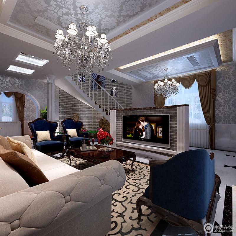 空间结构恢弘,银色拼花吊顶和驼色拼花斯坦,显得更加灵动而稳重;砖石堆砌而成的电视墙空间更功能明确,驼色沙发因为藏蓝色单人沙发多了色彩和谐与优雅,并在欧式水晶灯的渲染中,多了璀璨,让生活更富品味。