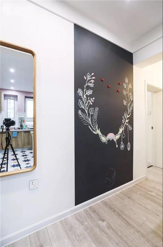 专门留出来的家庭黑板墙设计,没事在上面写写画画,也融入了不少简单的温情。