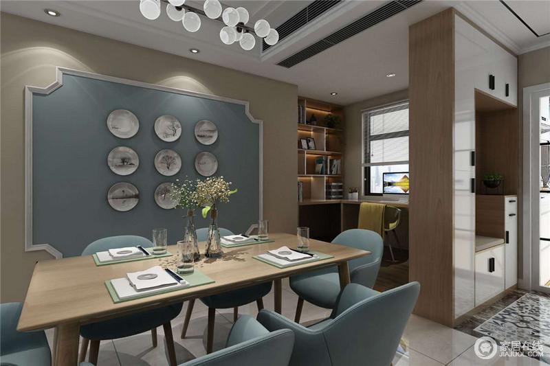 餐厅原本就是一个开放的空间,所以更为宽敞和开阔;除了就餐区之外,还专门定制了收纳柜,发挥空间的实用性,平衡出美学与功能的哲学。