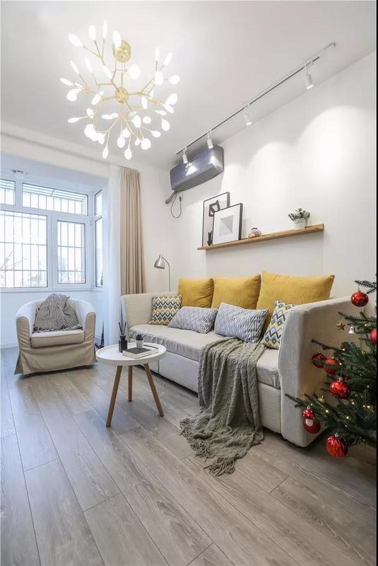 萤火虫吊灯轻盈柔和,沙发上加几个暖黄色的靠枕,气氛立刻就变的温暖起来。迷你茶几,搭配灰色木地板,自然而舒适。