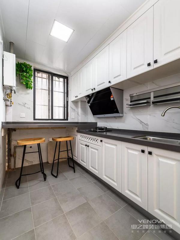 一套建筑面积75平米的现代美式风小户型二居室案例,房子的格局比较方正,设计师为了让空间看起来宽敞一些,把客厅和餐厅给打通了起来,以沙发作为隔断来划分空间,再加上美式风的元素,显得优雅而又大方