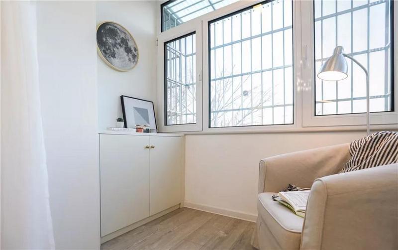 把单人沙发移动到阳台,一个惬意的小角落就此而生。