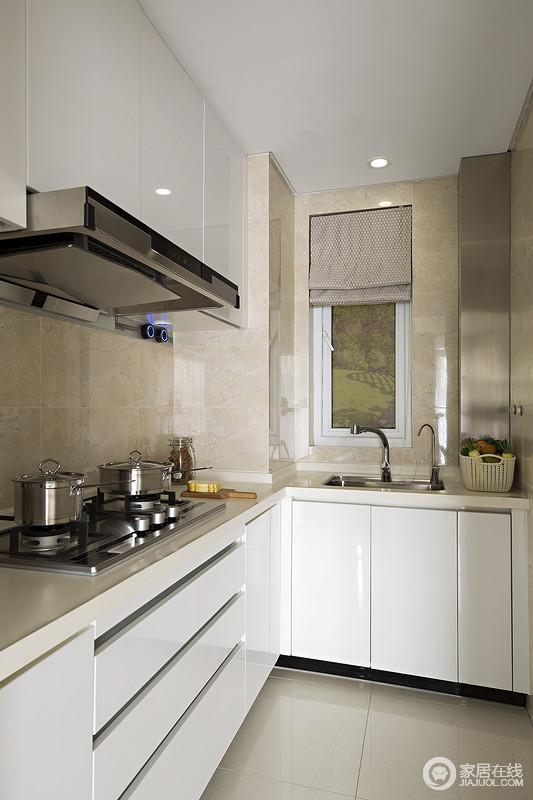 厨房因为面积有限,所以根据空间做定制规划,让小空间更具实用性;米色砖石铺贴出朴素,与白色定制的烤漆板橱柜增加了空间的明亮度,L型设计轻巧而得体,足以让你再次烹调出美味。