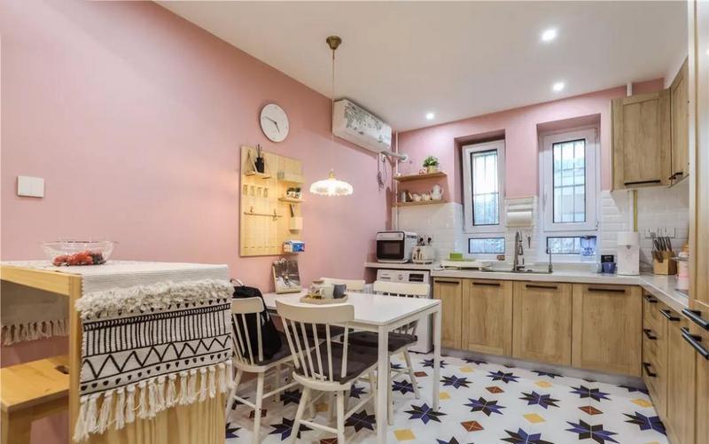 厨房墙体的颜色,满足了女主人粉红的少女梦。