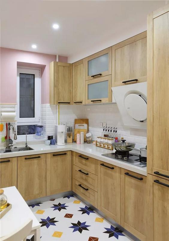 墙面一半的位置使用的是白色文化砖,做饭时溅上油渍好清理。白色台面与木质柜门的橱柜结合,自然而美观。