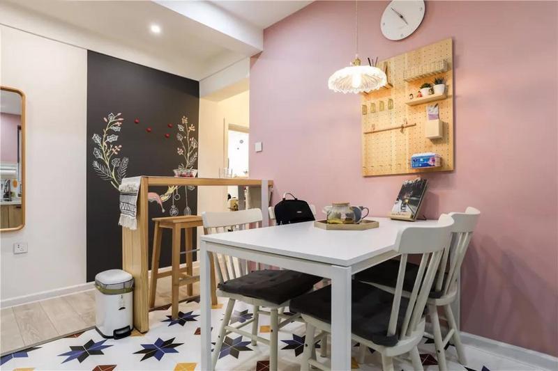 白色的用餐桌椅也是一种延续,与原木色互相衬托。地面铺设枫叶小花砖,复古而华丽,营造出耳目一新的空间效果。