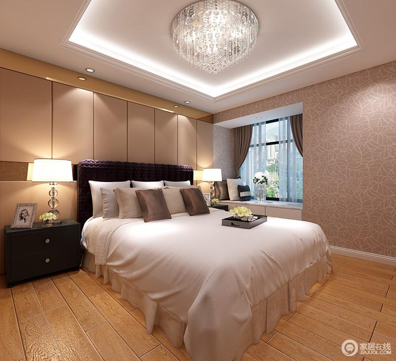 卧室明快而温馨,从白色吊顶的规整设计到灯带嵌入形成的光影效果,让其更具立体感,而水晶吊灯增添了整个空间的贵气感,与白色床品形成现代轻贵;原木地板和咖色背景墙呈暖调,并与壁纸呈稳重与柔美之调,而床头柜和台灯的黑白对比,让空间多了现代时尚,小飘窗更是以现代质感铸就空间的温馨。
