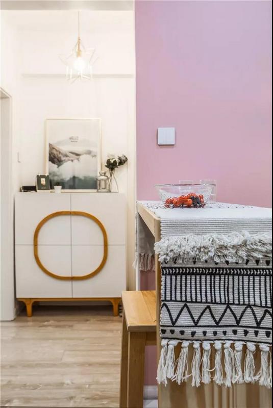 通过空间的加减,打造出了温情小吧台,颇具颜值,也成为了日常生活中的点睛之笔。