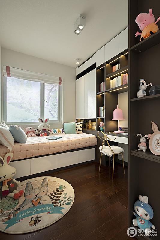 儿童房因为随处可见的玩偶多了俏皮和活泼的生机,虽然褐色木板铺贴地面,却与白色墙面呈色彩对比,并与黑白组合的定制柜呈现代优雅,同时协调出实用与美观;肉粉色床铺因为浅色系软装更显柔和,卡通圆毯妙趣十足,而蝴蝶结黄铜金属椅和粉色洛丽塔台灯,更多了公主风。