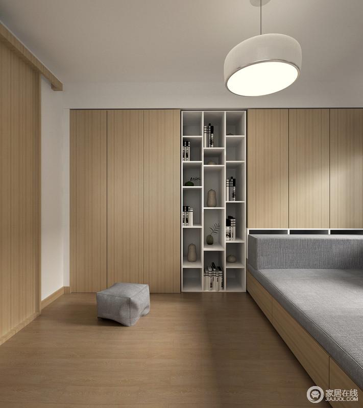 整体卧室以原木地板为主,所以衣柜为了与之呼应,也采用原木,无形中让空间具有了自然的朴实感,显得格外舒适。