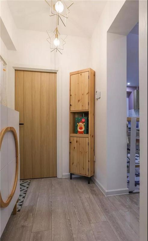 三角柜的出现不仅利用到了墙角空间、解决了很多杂物的安置问题,而且将本来乏味的角落空间变得更加有趣。