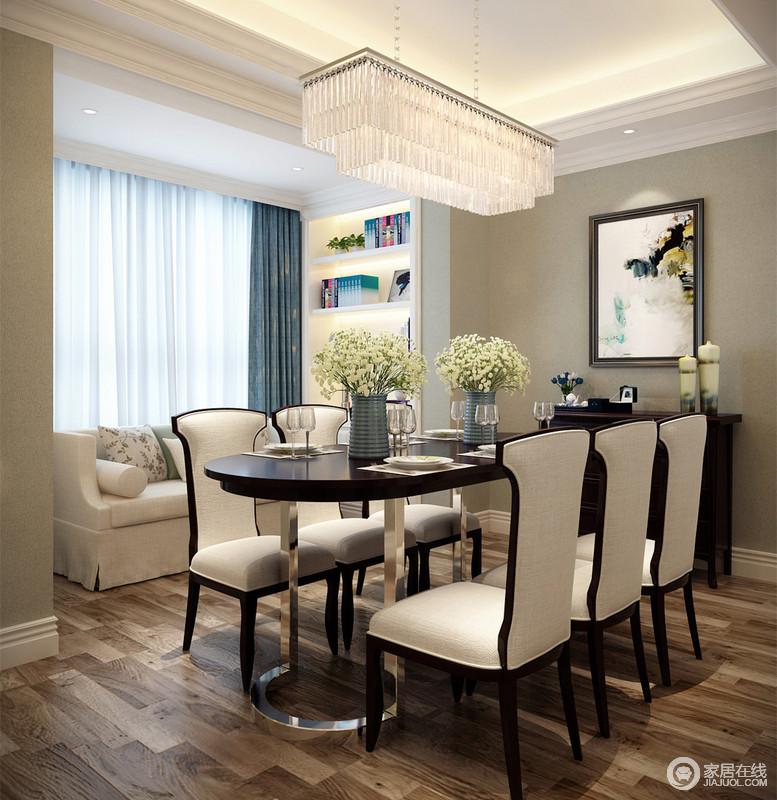 设计师没有在建筑造型上下功夫,但在木地板的基础上将美式沙发和新古典餐椅摆设在餐厅,让原本空阔的空间有了精神内涵;金属底座的椭圆形餐桌时髦而经典,桌上的花器和餐具质感上乘,颇显品质。