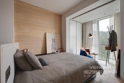 卧室则贴上颇具温馨感的木皮,并利用窗前的纱幔来体现质感;灰色的床品凝结着舒适与简洁,让人生活得安适自在。