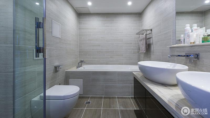 卫生间的双台盆和镜子下方的展示平台,是的立体空间运用得体