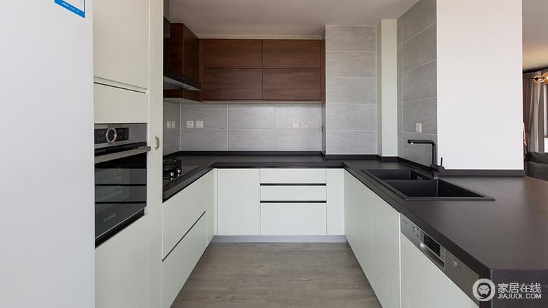 空间整体以灰白色为主,给人清爽干净,简单大方的感觉,灰色的厨房台面搭配一应俱全的卫生间厨具,诠释现代意义的摩登精致
