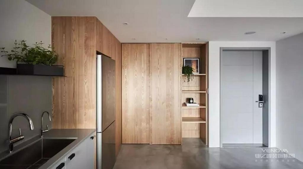 对于奋斗在城市的年轻人而言,买大房子显得有点奢侈,而较小面积的公寓却是能为单身或小两口的年轻人提供一个舒适轻松的小窝,像这个57平米的小房子,就是这样典型的案例,以较小的面积,大胆的格局,营造出一个令人轻松闲适的空间氛围