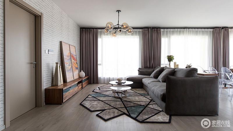 客厅运用几何图形地毯与灰度沙发的搭配,在视觉上具有下沉的作用,提升了整体空间的格调品味