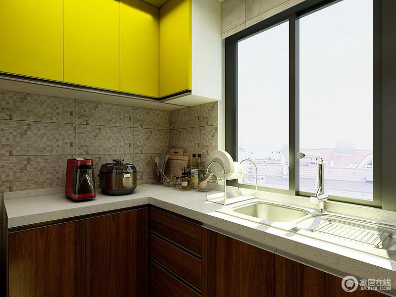 厨房加入了一一点点黄色的元素,与下面木色的橱柜形成了强烈的对比的同时,现代和中式又完美的融合在了一起。