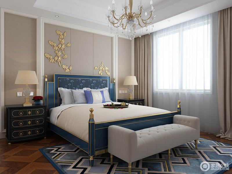 卧室结构简单规整,设计师利用驼色板材和石膏将背景墙塑造出几何感,铜黄树枝装饰更显贵气,驼色窗帘的增加了空间的柔和;蓝色菱形地毯和金属蓝色古典木床因造型更显时尚优雅,黑色床头柜与浅灰色床尾凳张扬出低调和奢华。