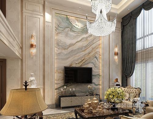 客厅有着简约的线条,对称的大理石电视墙中央,理石肌理如水波充满着律动,赋予空间壮阔的大气感;晶莹优雅的水晶灯搭配着壁灯,让整个空间显得奢贵典雅。