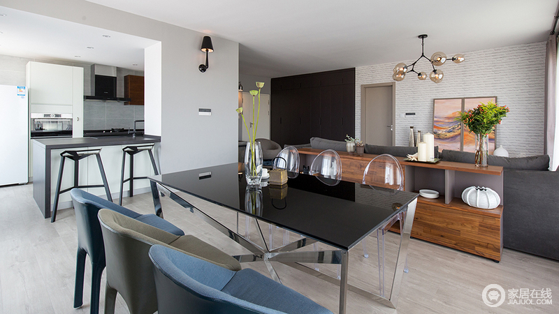 透明餐椅放在餐桌左侧即拉伸了餐边柜和餐桌的距离,也从视觉上减少客厅和餐厅之间的阻隔。增加了通透的效果,