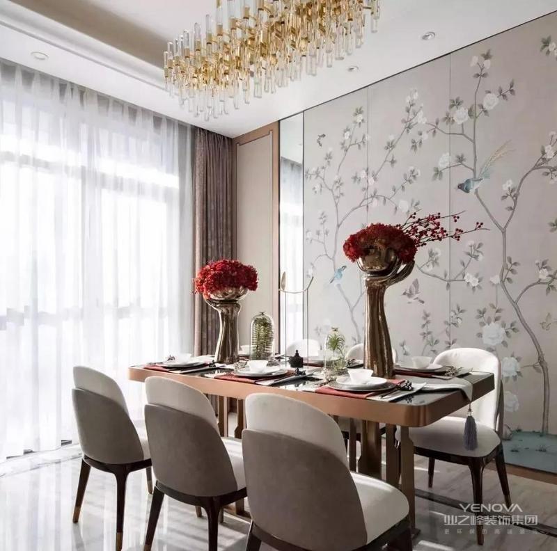 新中式风格设计,既是中国传统风格文化与现代时尚元素的融合与碰撞,又是在中国当代文化理解基础上的现代设计。在设计中风格搭配都尤为重要,新中式装修比较注重古典古香的基调、家具与装饰的搭配。家中的古旧的老家具要善加利用,红木的家具、有雕饰的装饰品以及灯光等等都可以增添新中式的原汁原味,家具是以是现代家具与古典家具相结合。