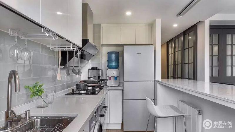 厨房从布局和尺寸上,很容易看出设计师的用心良苦。在就餐区可以看到烹调的过程,享受其中的乐趣。