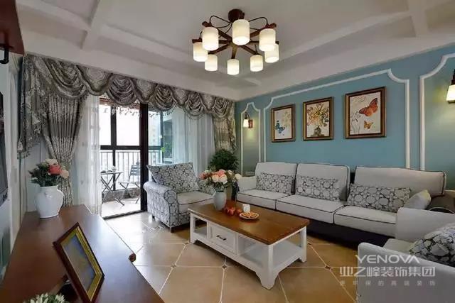 115平的美式风格。客厅通透的设计,丰富了空间的层次感,双手触摸于实木纹理的推拉门上,感受实木散发的魅力;倚窗而坐,木香与书香相互融合,沁人心脾。