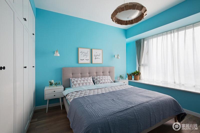 卧室天蓝的背景墙加上布艺的家具,让空间舒适自然。