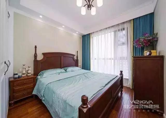 新房是89平的小三居,空间可以说相对紧促一些,不过在室内多处墙壁上设有柜子,一下子实用性就大大增强了
