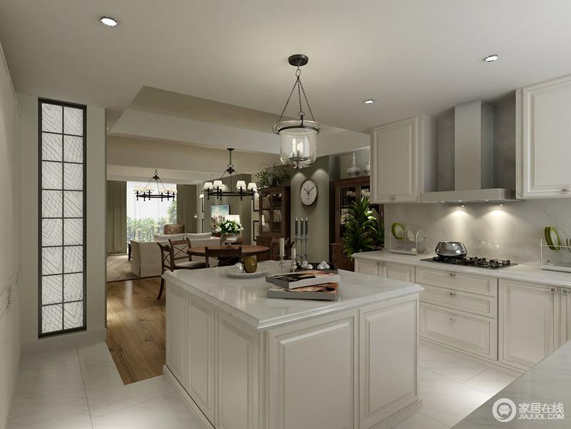 厨房以白色为主,从橱柜到岛台展示了极大地收纳哲学,白色调的设计让整个厨房都显得干净;餐厅并没有占用太多的空间,位于厨房之外,更是方便就餐。