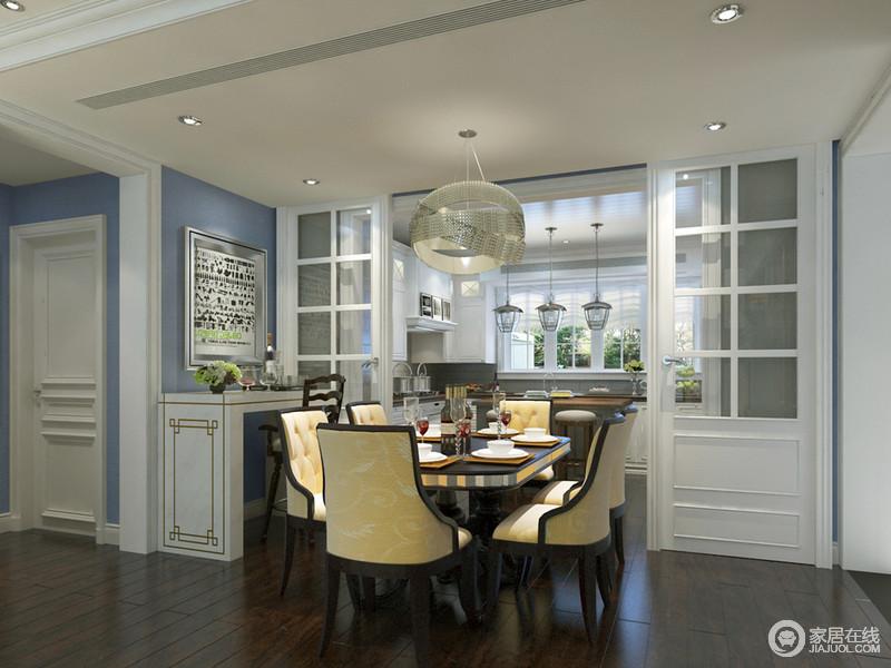 餐厨空间通过推拉门划分,运用的蓝白色调,与地面木质的沉厚对比,深浅间彰显出一种高雅活力;餐桌椅则选用米黄印花来搭配营造,高明度的色彩更添时尚气质;餐桌一侧还布置了小吧台,让空间休闲气氛更浓。
