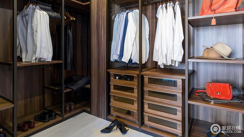开放的衣帽间是利用一个零碎空间分割而成,增加更多的储物空间。