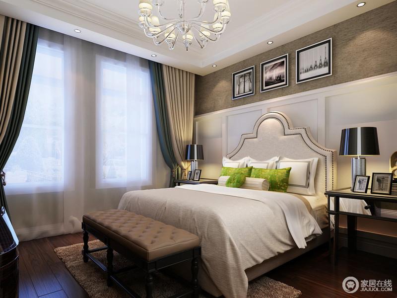 土黄色墙面与白色方块护墙板拼接,带来视觉上的立体层次,加上床头山顶造型,让卧室设计结构富有变化的趣味;大面积白色营造间,窗帘的蓝驼白、床头柜和台灯的黑色,朴质沉厚地板的棕色,空间搭配酿造出悠长的韵味来。
