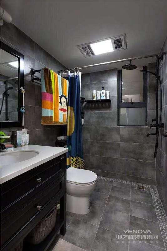 现代简约风格的室内空间比较明亮开阔,非常通透,在空间设计中追求不受手拿配重墙的限制,室内的地板。墙壁、家具一律从简,尽可能不用那些多余复杂的装饰,任何复杂的设计以及没有实用价值的部都摈弃,因为这不仅会增加装修造价,而且没有什么实用功能,室内的家居和日月品多以直线为主,玻璃金属也被大量使用。