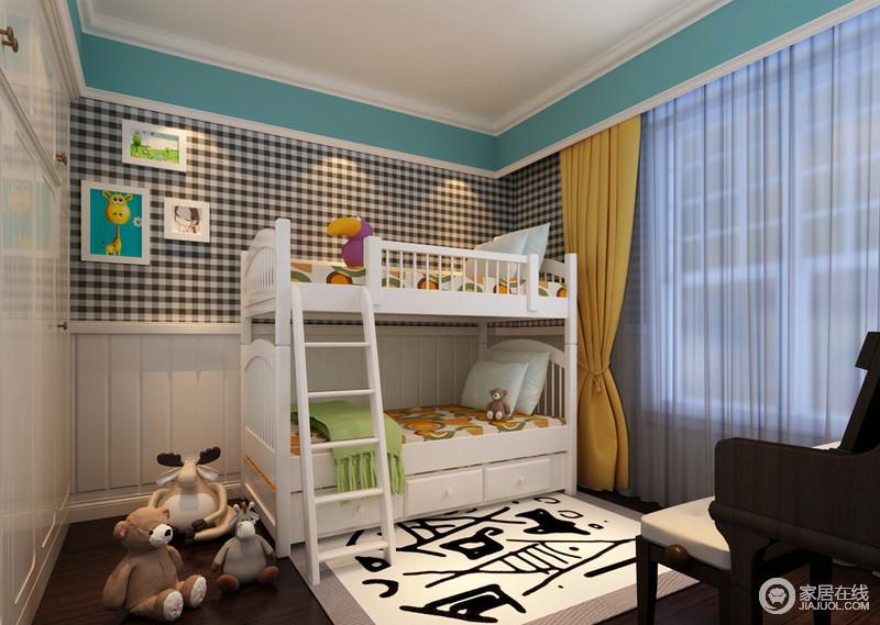 儿童房墙面延续了主卧设计手法,采用格纹与竖条纹的拼接,同时也运用了丰富的色彩搭配,黑白中清爽的蓝色更添活力;空间大面积的白色与地面的棕色碰撞,画作、床品及地毯,则以童趣图案点缀营造,空间的童真味十足。