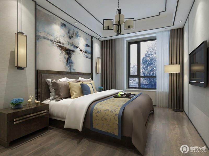卧室以简洁的线条勾勒出了东方设计的简约,吊顶足以体现几何的简单;背景墙的写意抽象,带来艺术与色彩,让原本驼色调沉稳的空间有了些许灵气;新中式灯具的工业设计与时尚,无疑,给这个东方的空间带来了新意。
