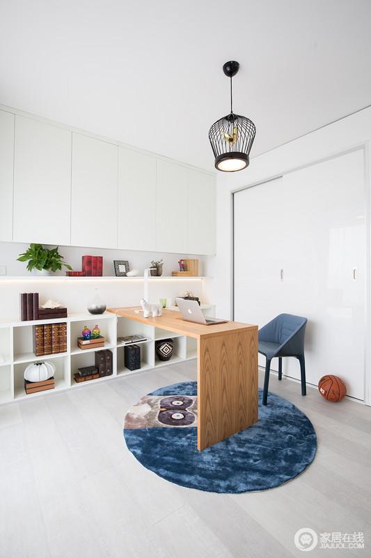 书房将墙面的立体空间作为储物,整体颜色上清新灵动,多功能书桌可以任意移动,即满足了日常工作学习,也考虑未来空间的多变性。