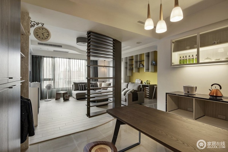 客厅实木隔段巧妙地解决了空间划分的作用,同时,让两个区域之间不失互动;客厅区的收纳悬挂柜以实用与几何美学为空间带来趣味,黄色漆的点缀,跳动着生机与活力。