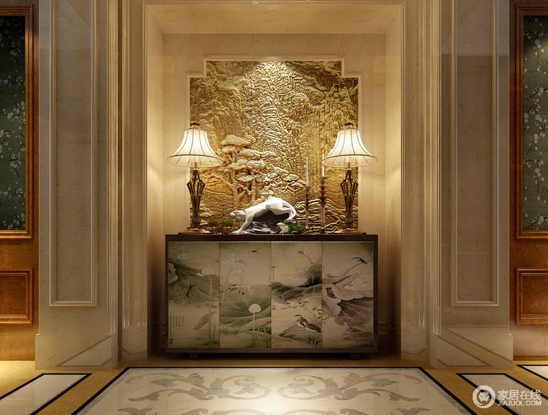 """玄关将图腾风格融汇其中,背景墙上的石雕将""""林深无人鸟相呼""""的意境呈现出来,柜子上的狮子摆件正好迎合背景墙上的森林气质。而柜体的则表达出""""接天莲叶无穷碧,映日荷花别样红""""的高洁风骨。"""