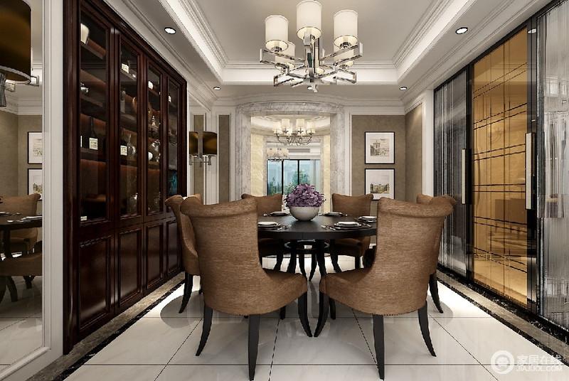 餐厅巧妙的将酒柜嵌入墙面,增加墙面的利用率,为了避免酒柜色调的浓厚,两侧装饰了镜子,与银镜互相辉映,无形中扩大了空间视觉。