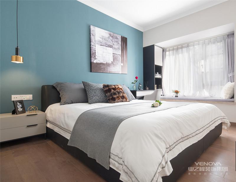 现代简约风格比较注重空间的使用功能,废弃繁琐的装饰,室内布置也会按功能区分的原则进行,家具色彩造型非常潮流,以个性化、简单化装修方式打造舒适家居。