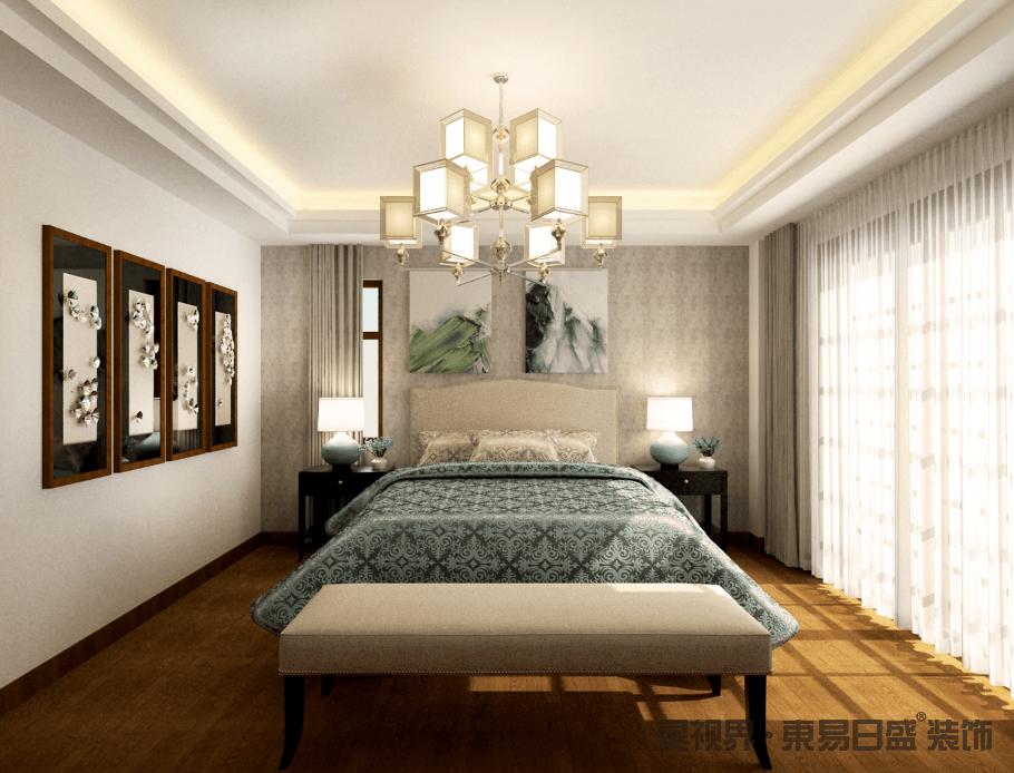 卧室的吊顶通过灯带加强了几何暖韵,矩形玻璃吊灯的立体设计加重了空间的结构,并展现出现代精致;浅灰色壁纸的背景墙因为抽象挂画格外素静,与蓝色欧式元素的床单组成优雅;新中式床头柜和蓝色陶瓷台灯对应成趣,并裹挟着驼色铆钉扶手椅,和艺术挂式让空间格外别致。