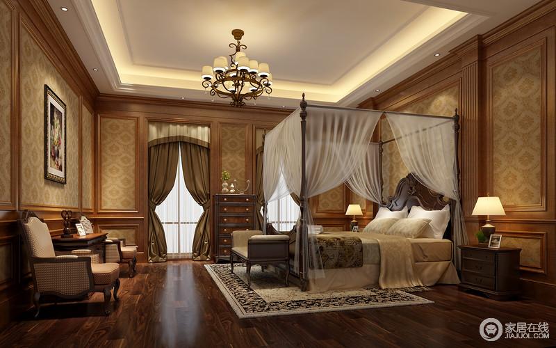 清雅素寡的印花壁纸,使整个空间充满了宁静感,棕色拼接窗帘将光线柔和,非常适合休憩。四角床柱上的床纱帷幔,则使相对沉郁的室内绮丽轻盈起来。