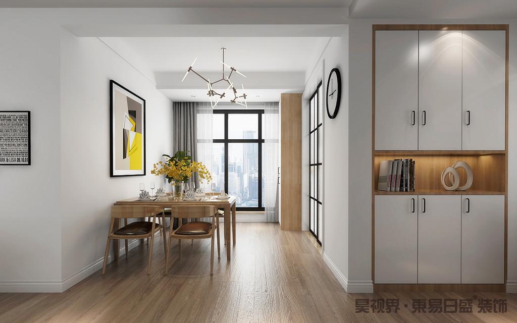 设计师巧妙地将白色玄关柜嵌入墙体,构成一个平整的收纳区;而厨房与餐厅通过玻璃格栅门分隔,餐厅的窗户以白色和木色为主,而黑色窗给予空间色彩对比,裹挟着黄铜吊灯、抽象挂画,反衬出简约实木家具的清和温润。