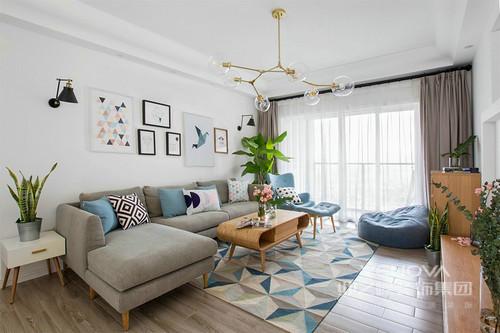 空间极致的简约还原了北欧至净的生活,白色调的墙面通过简约的艺术画点缀出轻盈的效果,冷黑色壁灯的庄重显得单薄;灰色沙发上的蓝色靠垫与单人沙发带着青蓝,与蓝色几何地毯营造出海水般灵动。
