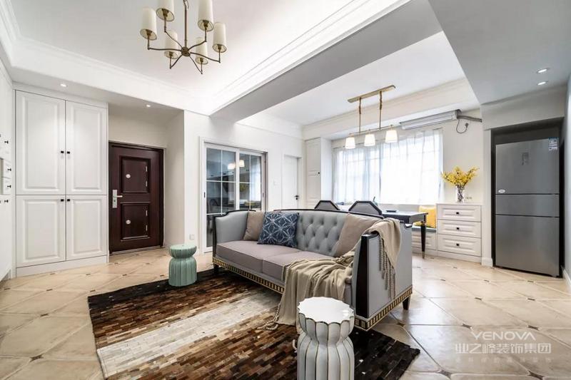 今天分享的是一套建筑面积75平米的现代美式风小户型二居室案例,房子的格局比较方正,设计师为了让空间看起来宽敞一些,把客厅和餐厅给打通了起来,以沙发作为隔断来划分空间,再加上美式风的元素,显得优雅而又大方。